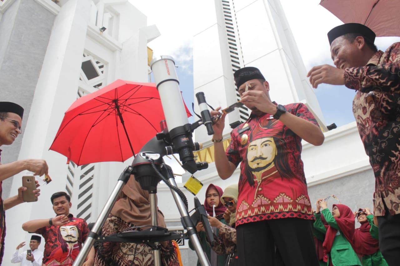 Prodi Ilmu Falak UIN Alauddin Makassar Gelar Pemantauan Gerhana Matahari di Masjid Agung Syekh Yusuf